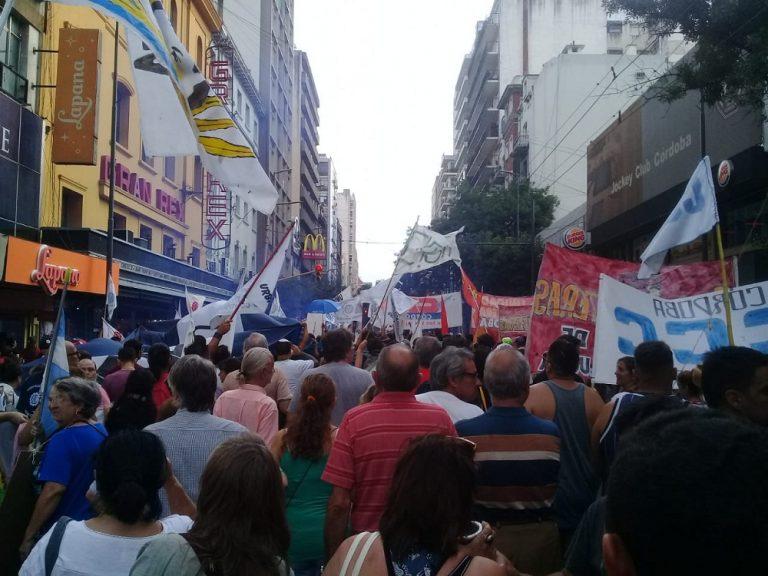 Cerca de 4 mil cordobeses marcharon con antorchas contra los tarifazos