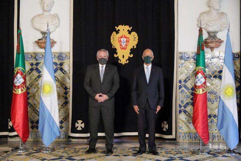 El Presidente fue recibido por su par de Portugal en el inicio de su gira
